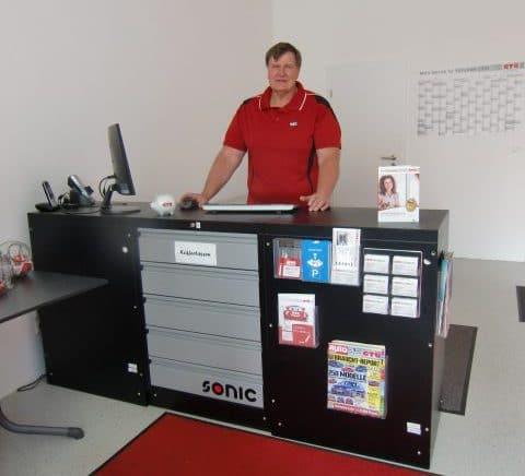 Geschäftsinhaber Steffen Höhn am Empfang